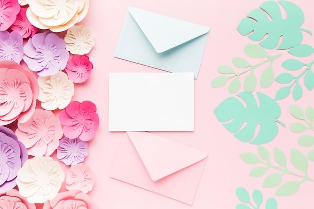 花の紙の装飾とウェディングカード