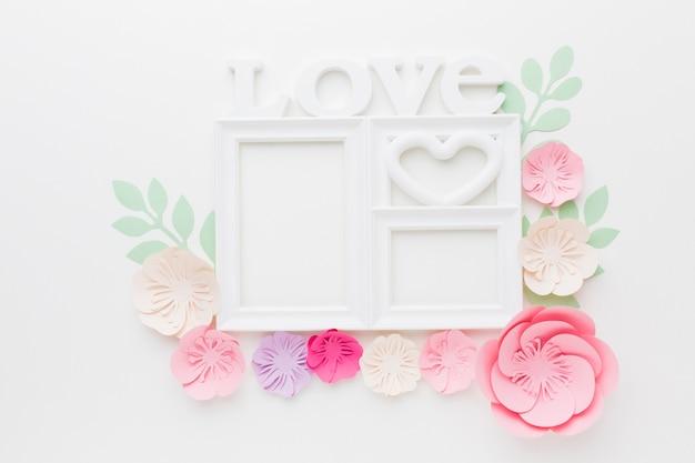 愛のフレームと花の紙飾り