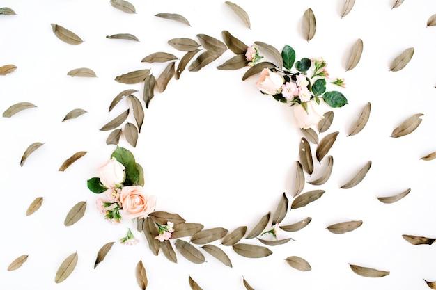 花柄とバラと乾燥した葉と丸いフレームの花輪