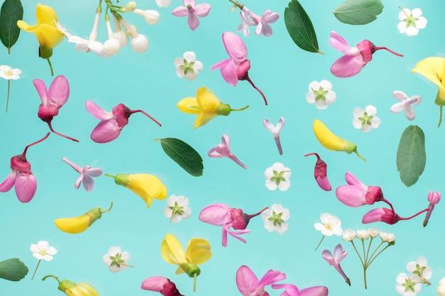 花柄。花パターンテクスチャ。水色の背景にピンクと白の花で作られた花柄。フラット横たわっていた、トップビュー。