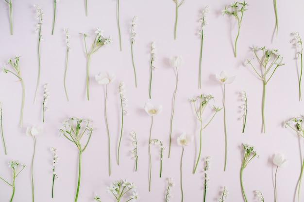 은방울꽃, 녹색 잎, 분홍색 가지로 만든 꽃 패턴