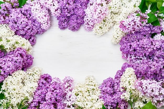 ピンクのライラックの枝、花の背景の花柄。フラットレイ、上面図。
