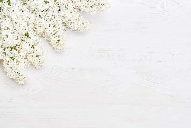白いライラックの枝、花の背景の花柄。フラットレイ、上面図。