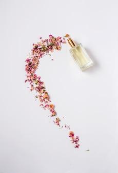いくつかのカラフルな花と香水のボトルと花のパターン