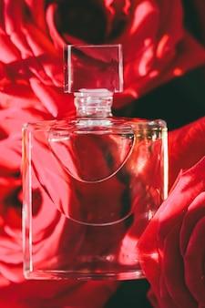 高級ギフトの美しさのフラットレイの背景と化粧品としての夏の香水の香りの花の香水...