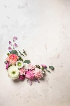 유칼립투스 나뭇가지와 잎이 있는 꽃 원형 프레임, 평평한 꽃, 복사 공간이 있는 위쪽 전망
