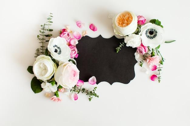 꽃 라운드 웨딩 프레임은 평평합니다. 복사 공간이 있는 장미 꽃 평면도