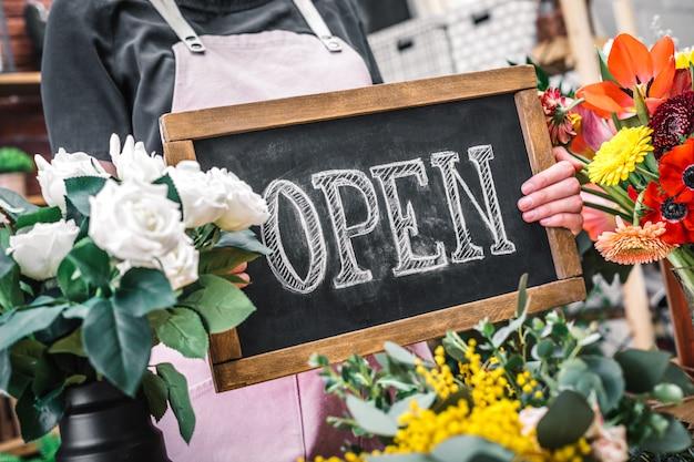 クライアントを歓迎する花屋の従業員