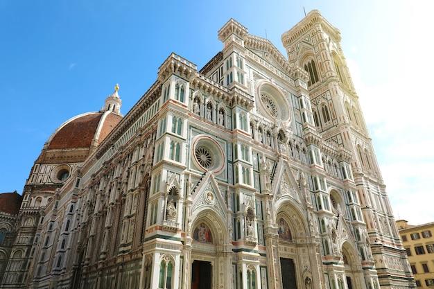 Флорентийский собор санта-мария-дель-фьоре в солнечный день, тоскана, италия.