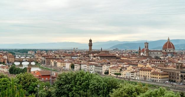 夏の日没時にフィレンツェの街並みとスカイラインのパノラマ。屋根、フィレンツェ、トスカーナ、イタリアのパノラマビュー