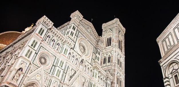 フィレンツェ(フィレンツェ)、イタリア:夜のドゥオーモ(街の主要教会)の珍しい景色