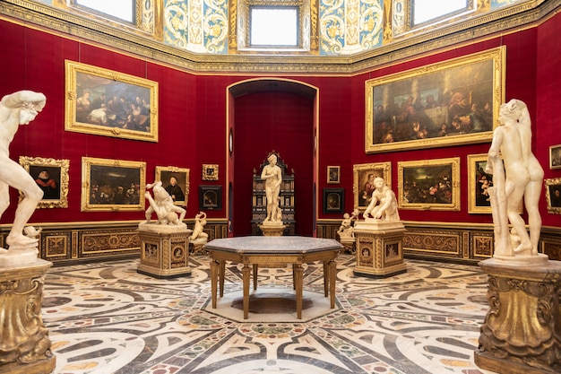 이탈리아 피렌체 - 2021년 8월경: 트리부나 룸은 우피치 미술관의 첫 번째 핵심이었습니다.