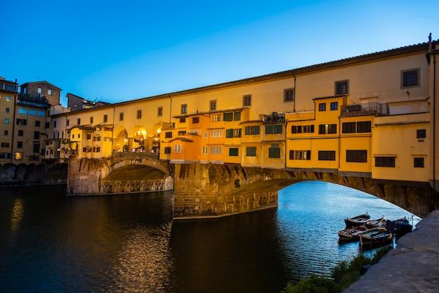 이탈리아 피렌체 - 2021년 6월경: 베키오 다리(ponte vecchio) - 올드 브리지(old bridge)의 일몰. 저녁 전에 놀라운 푸른 빛.