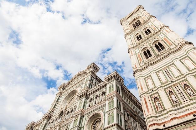 イタリア、フィレンツェ。明るい晴れた日のドゥオーモの詳細ですが、ファサードに影はありません(非常にまれです!)