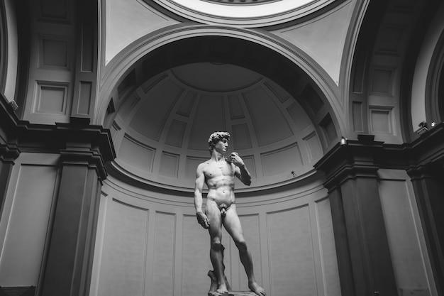 Флоренция, италия - 24 июня 2018 г .: скульптура давида микеланджело крупным планом в стиле эпохи возрождения, созданная между 1501 и 1504 годами в академии изящных искусств флоренции (accademia di belle arti di firenze)