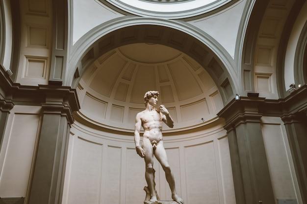 イタリア、フィレンツェ-2018年6月24日:ルネッサンス彫刻のクローズアップは、フィレンツェの美術アカデミー(アカデミアディベルアルティディフィレンツェ)で1501年から1504年の間に作成されたミケランジェロによるダビデ像です