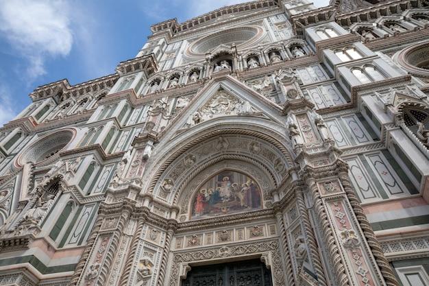 Флоренция, италия - 24 июня 2018: крупным планом вид на фасад cattedrale di santa maria del fiore (собор святой марии цветка) - собор флоренции