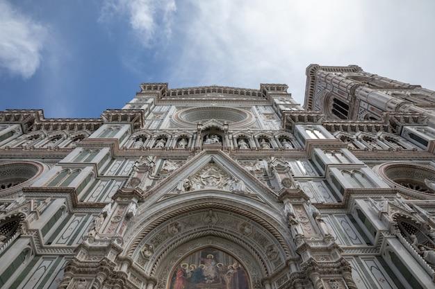 イタリア、フィレンツェ-2018年6月24日:サンタマリアデルフィオーレ大聖堂(花の聖マリア大聖堂)のファサードのクローズアップビューはフィレンツェの大聖堂です
