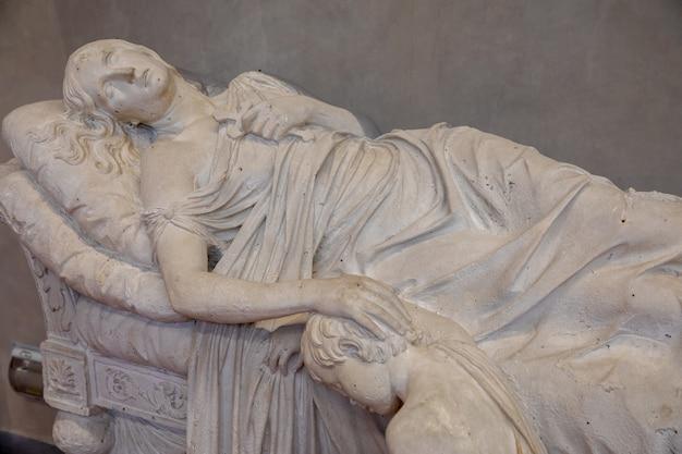 イタリア、フィレンツェ-2018年6月24日:フィレンツェ美術アカデミー(アカデミアディベルアルティディフィレンツェ)のイタリア人アーティストによる大理石の彫刻のクローズアップビュー