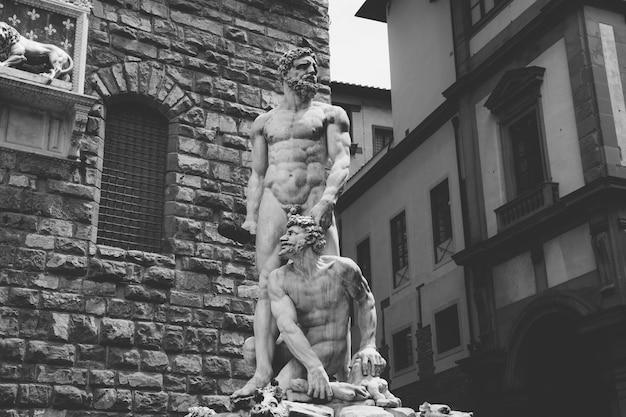 피렌체, 이탈리아 - 2018년 6월 24일: 베키오 궁전(고궁) 앞 바르톨로메오 반디넬리의 대리석 조각 헤라클레스와 카쿠스의 근접 촬영 보기