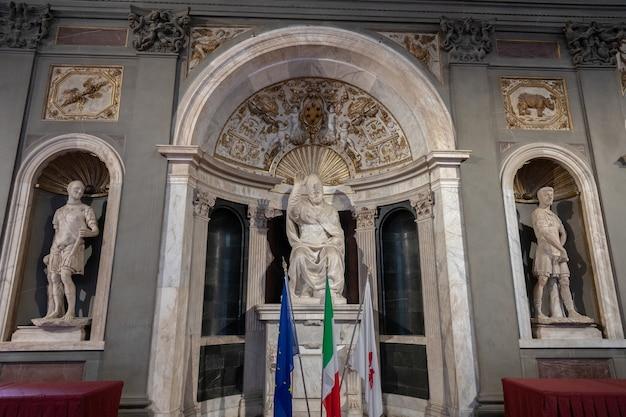 피렌체, 이탈리아 - 2018년 6월 24일: 베키오 궁전(고궁)에서 이탈리아 예술가들의 대리석 조각품의 근접 촬영 보기