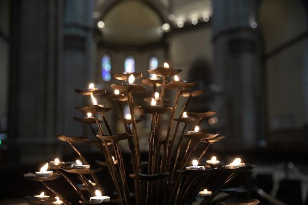피렌체, 이탈리아 - 2018년 6월 24일: cattedrale di santa maria del fiore(꽃의 성모 마리아 대성당) 내부의 많은 촛불 조명은 피렌체 대성당입니다.