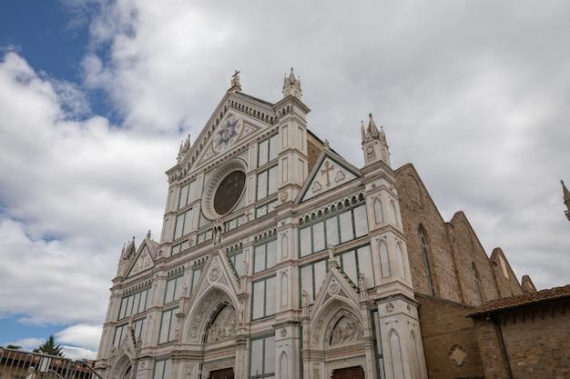 イタリア、フィレンツェ-2018年6月24日:サンタクローチェ聖堂(聖十字架の聖堂)の外観のパノラマビューは、フィレンツェのフランシスコ会教会であり、ローマカトリック教会のマイナーな聖堂です。