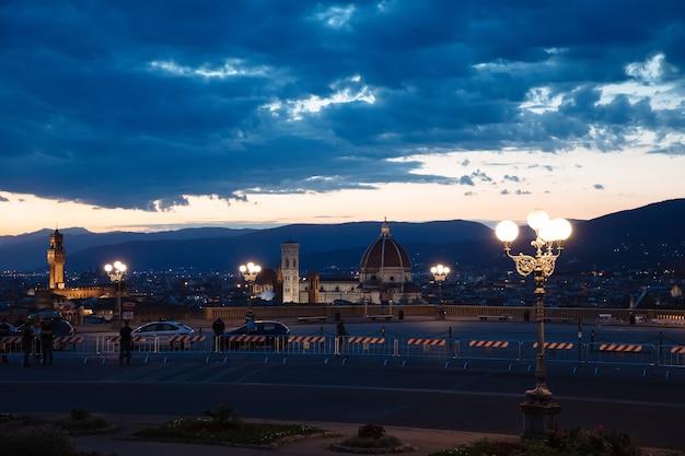 イタリア、フィレンツェ-2018年6月24日:ミケランジェロ広場(ミケランジェロ広場)からサンタマリアデルフィオーレ大聖堂とヴェッキオ宮殿があるフィレンツェ市のパノラマビュー