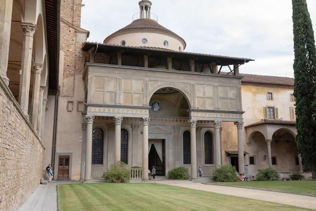 이탈리아 피렌체 - 2018년 6월 24일: 산타 크로체 대성당(basilica di santa croce)(거룩한 십자가 대성당)의 내부 정원의 탁 트인 전망은 피렌체의 프란체스코 교회이자 로마 가톨릭 교회의 작은 대성당입니다.