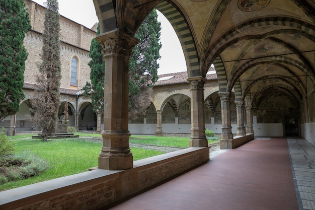 イタリア、フィレンツェ-2018年6月24日:サンタマリアノヴェッラ大聖堂の中庭のパノラマビュー。フィレンツェで最初の大聖堂であり、街の主要なドミニコ会教会です。