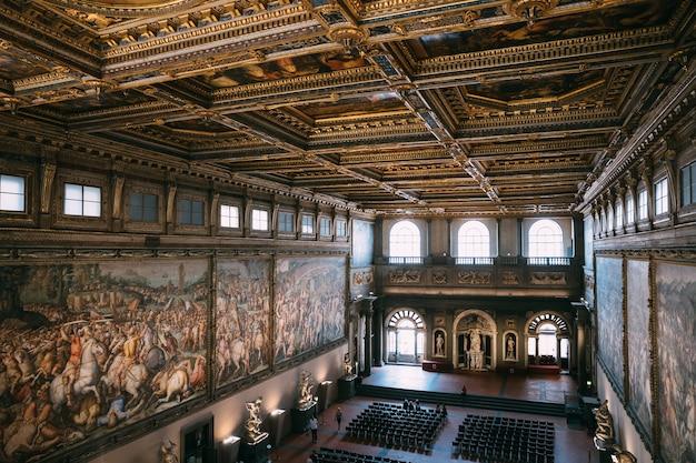 피렌체, 이탈리아 - 2018년 6월 24일: 베키오 궁전(고궁)의 인테리어와 예술의 탁 트인 전망은 피렌체 시청입니다.