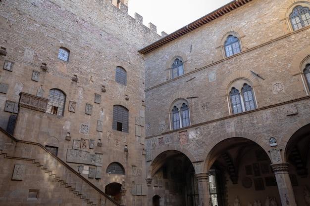 피렌체, 이탈리아 - 2018년 6월 24일: 바르젤로 궁전(palazzo del bargello, museo nazionale del bargello)으로도 알려진 bargello 내부의 탁 트인 전망. 옛 막사와 감옥, 지금은 미술관