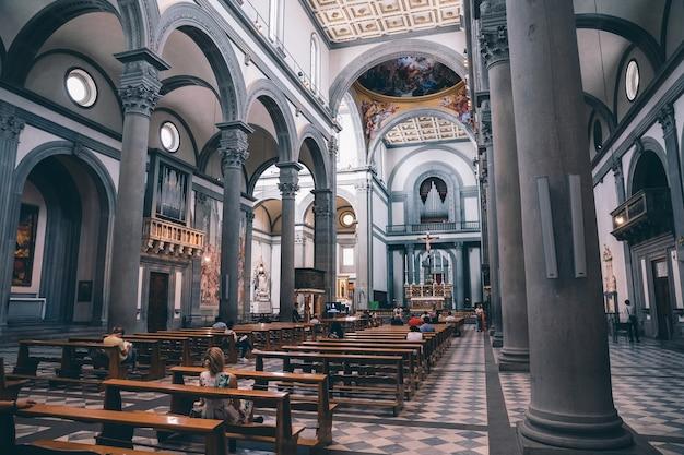 Флоренция, италия - 24 июня 2018: панорамный вид на интерьер базилики сан-лоренцо (базилика святого лаврентия) - одна из крупнейших церквей флоренции, италия