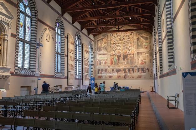 Флоренция, италия - 24 июня 2018: панорамный вид на интерьер базилики санта-кроче (базилика святого креста) - францисканская церковь во флоренции и незначительная базилика римско-католической церкви