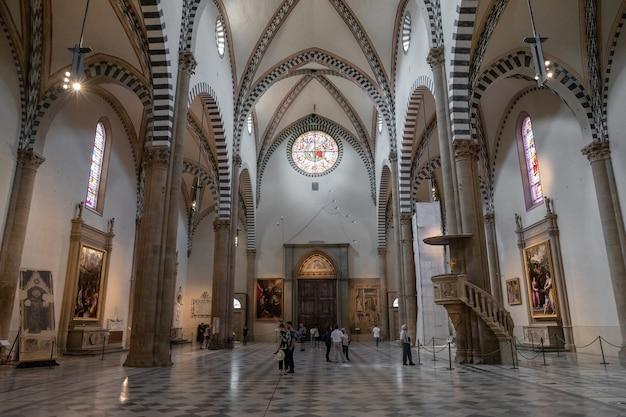Флоренция, италия - 24 июня 2018: панорамный вид на интерьер базилики санта-мария-новелла. это первая великая базилика во флоренции и главная доминиканская церковь города.