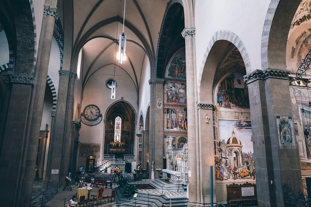 イタリア、フィレンツェ-2018年6月24日:サンタマリアノヴェッラ大聖堂の内部のパノラマビュー。フィレンツェで最初の大聖堂であり、街の主要なドミニコ会教会です。