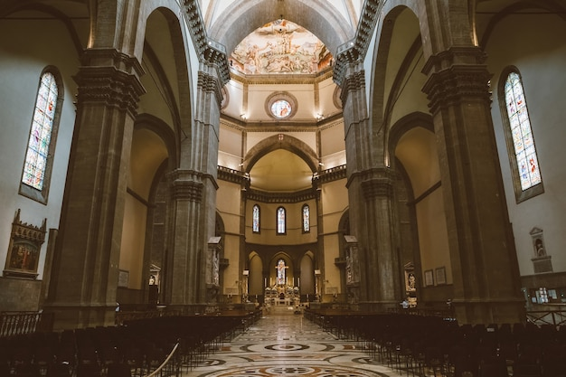 Флоренция, италия - 24 июня 2018: панорамный вид на интерьер cattedrale di santa maria del fiore (собор святой марии цветка) - собор флоренции