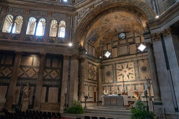 Флоренция, италия - 24 июня 2018: панорамный вид на интерьер баптистерия флоренции (баттистеро ди сан-джованни) на площади пьяцца дель дуомо. это религиозное сооружение, имеющее статус малой базилики.