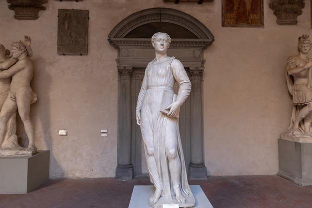 피렌체, 이탈리아 - 2018년 6월 24일: 바르젤로 궁전(palazzo del bargello, museo nazionale del bargello)으로도 알려진 bargello의 조각품의 탁 트인 전망. 옛 막사와 감옥, 지금은 미술관