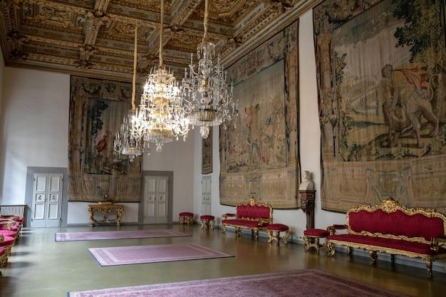 이탈리아 피렌체 - 2018년 6월 25일: 메디치 리카르디 궁전이라고도 불리는 메디치 궁전 내부의 탁 트인 전망. 피렌체의 르네상스 궁전입니다. 메트로폴리탄 피렌체와 박물관의 자리입니다