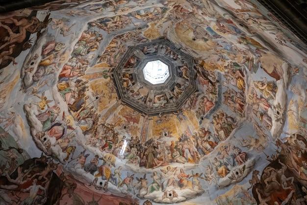 イタリア、フィレンツェ-2018年6月25日:サンタマリアデルフィオーレ大聖堂(花の聖マリア大聖堂)のキューポラの審判の日のパノラマビューはフィレンツェの大聖堂です
