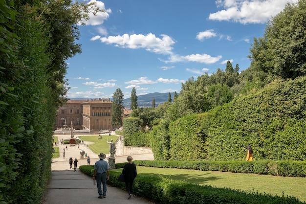 이탈리아 피렌체 - 2018년 6월 26일: 보볼리 정원(giardino di boboli)의 탁 트인 전망은 이탈리아 피렌체에 있는 공원으로 조각품과 일부 로마 유물이 소장되어 있습니다.