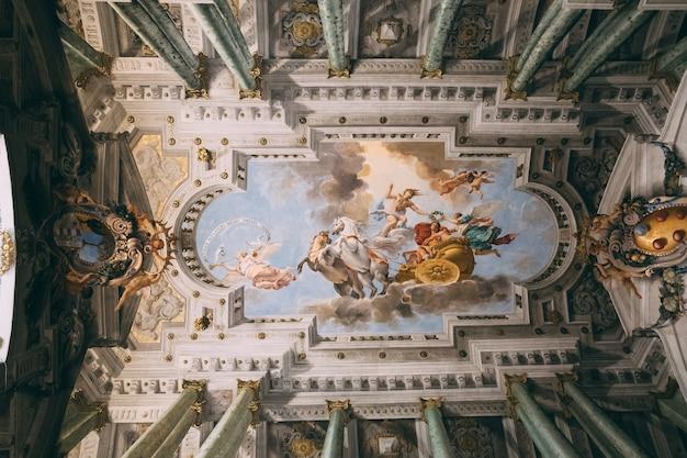 이탈리아 피렌체 - 2018년 6월 26일: 피티 궁전(pitti palace)의 내부 및 예술의 탁 트인 전망은 피렌체의 궁전입니다. 아르노 강 남쪽에 위치