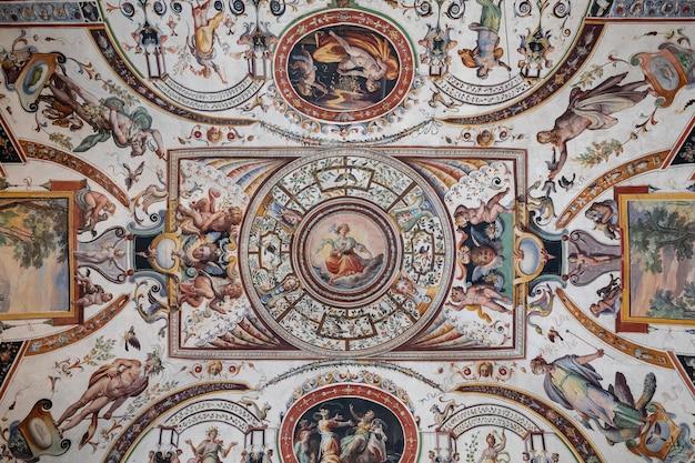 플로렌스, 이탈리아 - 2018년 6월 26일: 우피치 미술관(galleria degli uffizi)의 내부 및 예술의 탁 트인 전망은 피렌체 역사 센터의 시뇨리아 광장(piazza della signoria)에 인접한 미술관입니다.