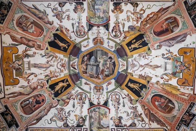 Флоренция, италия - 26 июня 2018: панорамный вид на интерьер и искусство галереи уффици (galleria degli uffizi) - художественный музей, расположенный рядом с площадью синьории в историческом центре флоренции