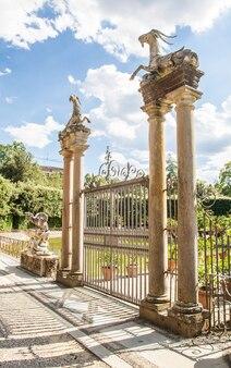 イタリア、フィレンツェ。夏の晴れた日の古いボーボリ庭園