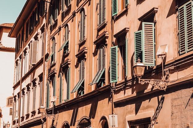 朝の光の中のフィレンツェ通り。観光と旅行のコンセプト。