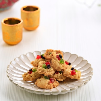 Iedfitr用のフィレンツェのクッキー。白いテーブルの背景に分離。小麦粉とドライフルーツとレーズンから作られたインドネシアで人気のフィレンツェのクエケリング。レバラン中に提供されます。
