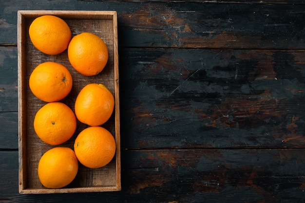 フロリダ郡オレンジ、健康的な果物のセット、木製の箱、古い暗い木製のテーブル、上面図フラットレイ