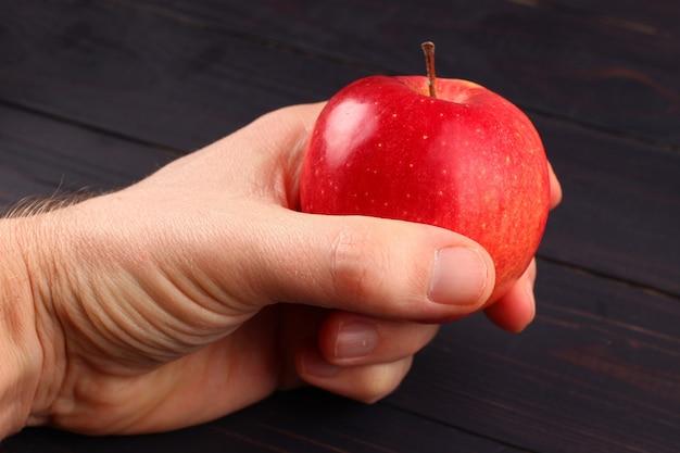 フローリンの赤いリンゴを手に